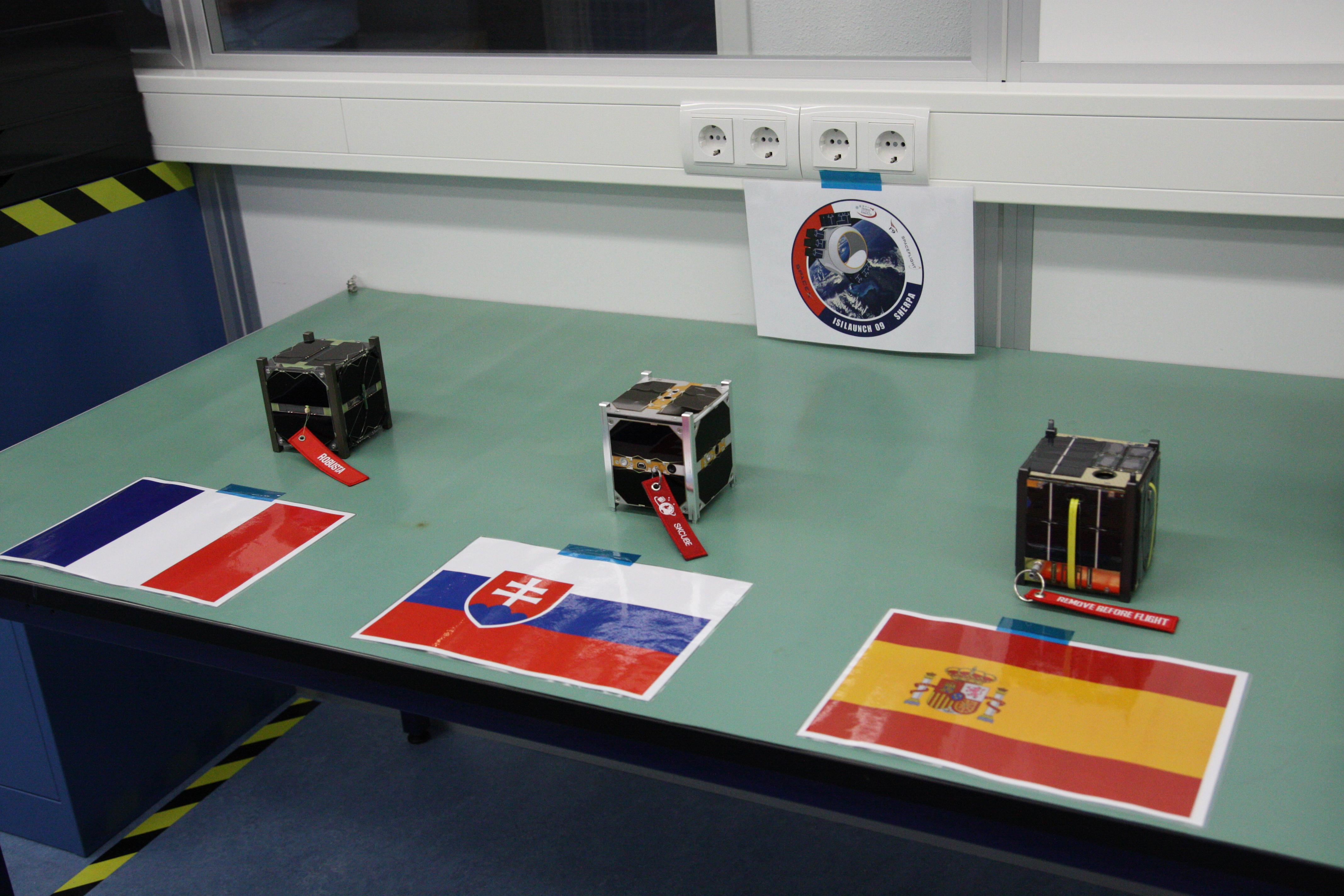 Obr.: skCUBE spolu s francúzskym a španielskym cubesatom