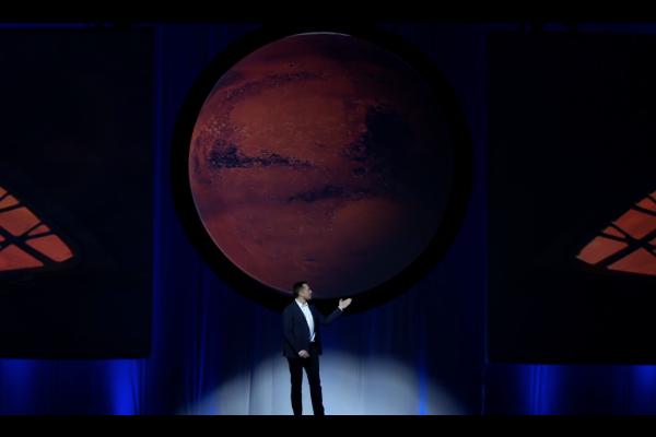 Obr.1: Šéf spoločnosti SpaceX, Elon Musk predstavuje kozmickú loď ITS