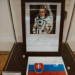 Podpísaná slovenská vlajka, ktorú mal so sebou na MIR-e IVAN BELLA