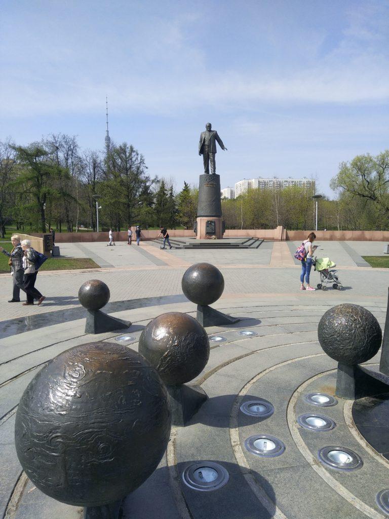 Slnečná sústava a socha Koroleva